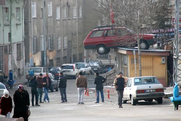 Otomobil, muhtarlığın çatısına düştü