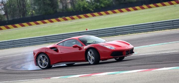 Ferrari, motoruna ödüller yağdı
