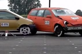 Renault Twingo, Ford Focus Estate modeline 119 Km hız ile yandan vuruyor