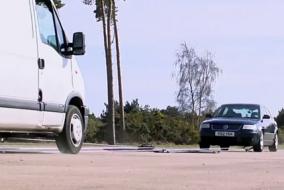 Van ile araba çarpıştırılmış